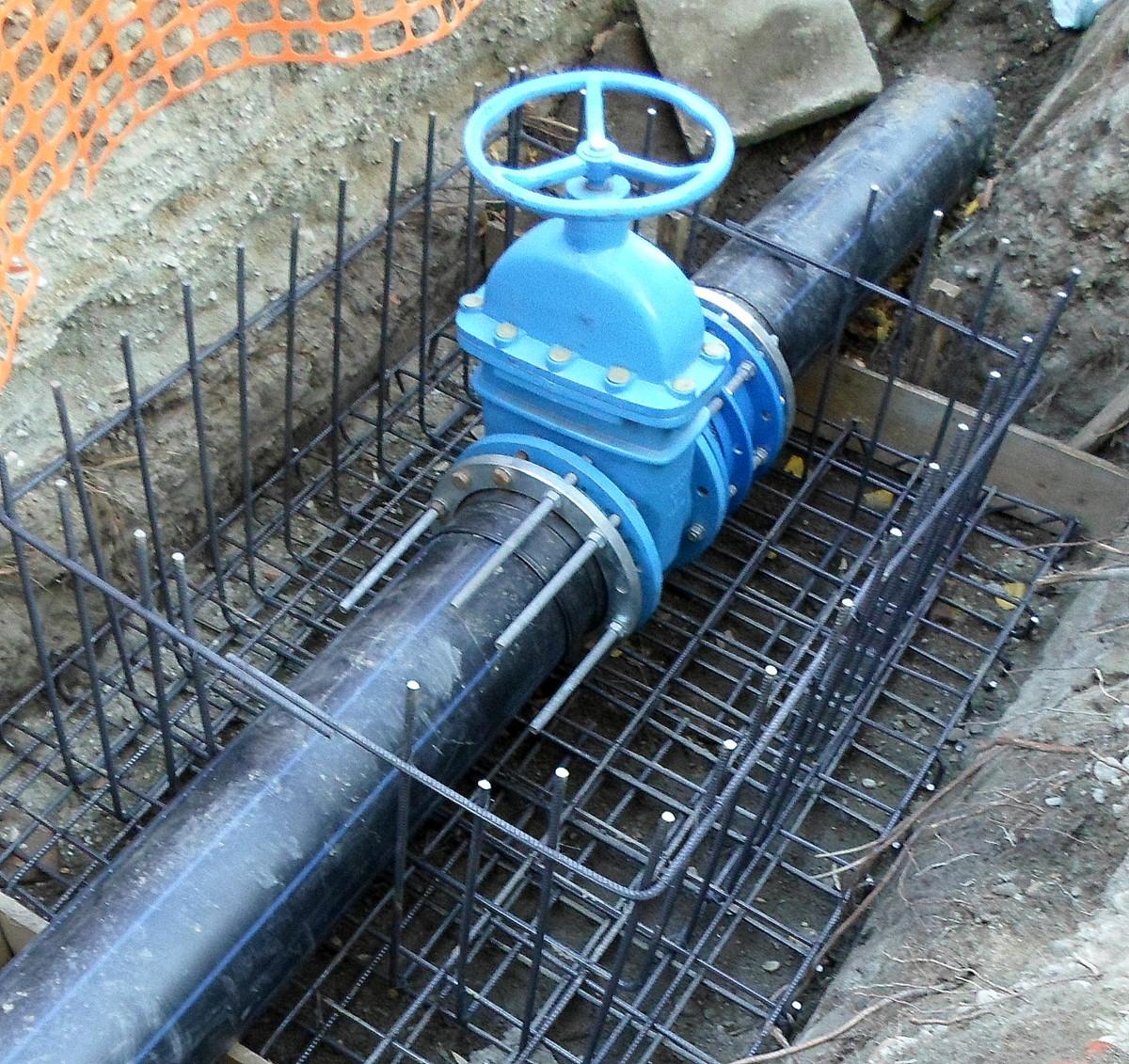 Se cuplează noua conductă de apă de pe strada Hațegului